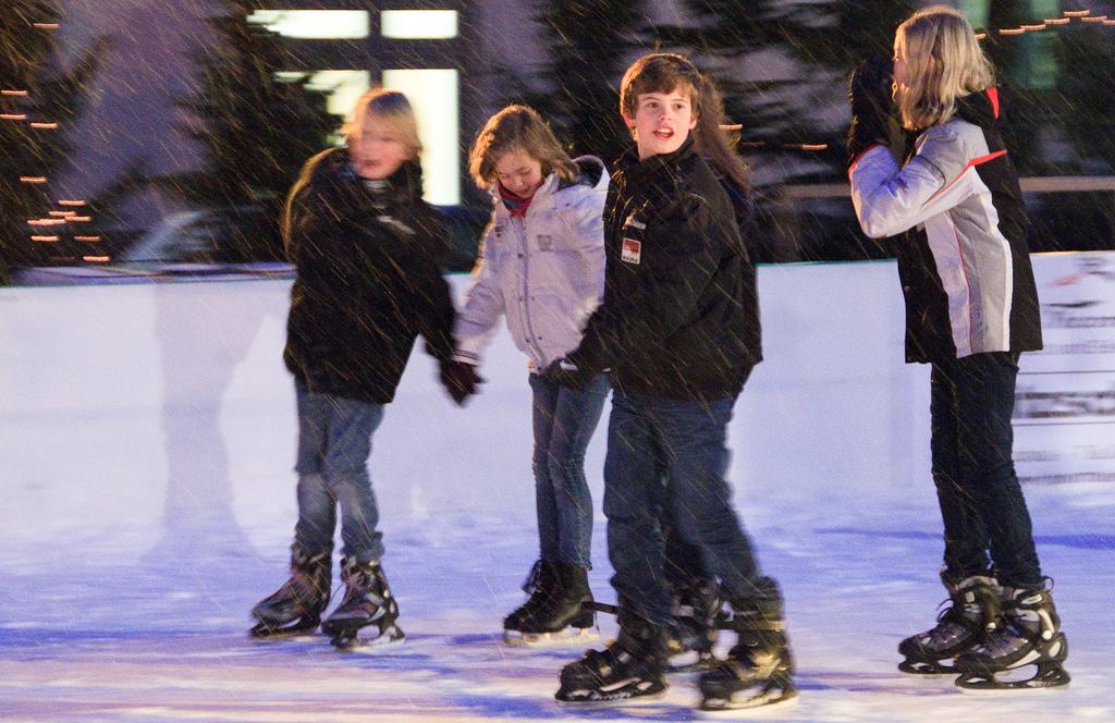 Impressionen von der Lohner Eisbahn auf dem Weihnachtsmarkt