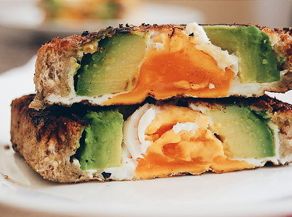 引用元: http://www.buzzfeed.com/alisonroman/19-most-important-avocado-toast-moments-of-2015#.xeP28nGjr