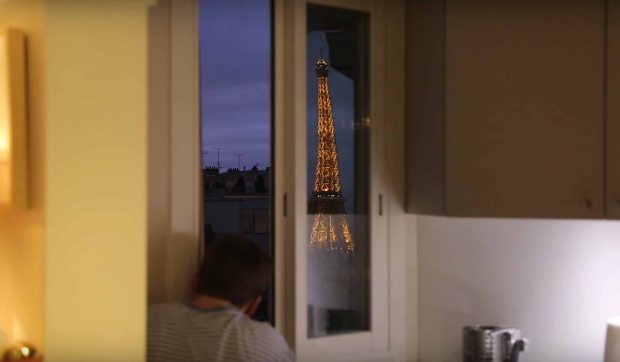http://metro.co.uk/2015/12/14/man-turns-his-flat-into-a-giant-periscope-so-he-can-see-the-eiffel-tower-from-his-bed-5565169/